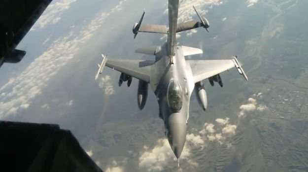 F-16 Refeuling from USAF Tanker over Afghanistan 040214 002