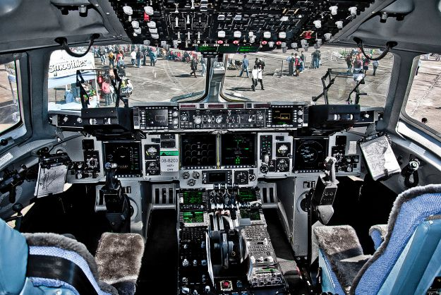 ~003-1280px-C-17_Globemaster_III_cockpit