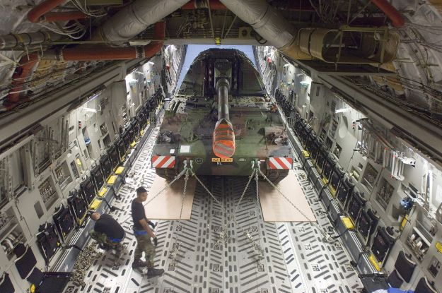~006-1280px-Pzh-2000_inside_of_a_C-17
