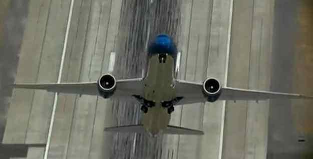 2015-Dreamliner climbing vertically 001