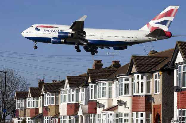 747 Lands at Heathrow over London Homes 001